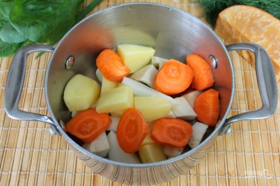 Чистим морковь и картофель. Отправляем в кастрюлю, добавляем воду и ставим на огонь. Солим и варим до готовности.