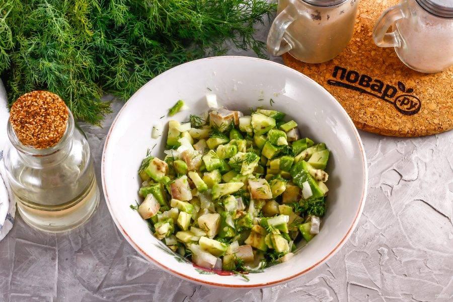 Посолите, поперчите и влейте растительное масло. Аккуратно перемешайте, чтобы мякоть авокадо не превратилась в пюре. Поместите в холодильник минимум на 30 минут, чтобы нарезка пропиталась вкусами и ароматами друг друга.