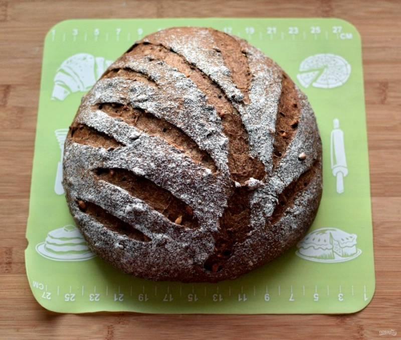 Поставьте хлеб в духовку, прогретую до 70 градусов, плесните полстакана горячей воды и дайте хлебу подойти с паром еще раза в полтора. Затем увеличивайте нагрев до 220-240 градусов и пеките, пока хлеб не схватится корочкой, еще мягкой. Затем уменьшите нагрев до 200 градусов и пеките до готовности. Выпечка займет около получаса. Готовый хлеб свободно укройте полотенцем и дайте ему остыть и вызреть хотя бы несколько часов, а лучше ночь.