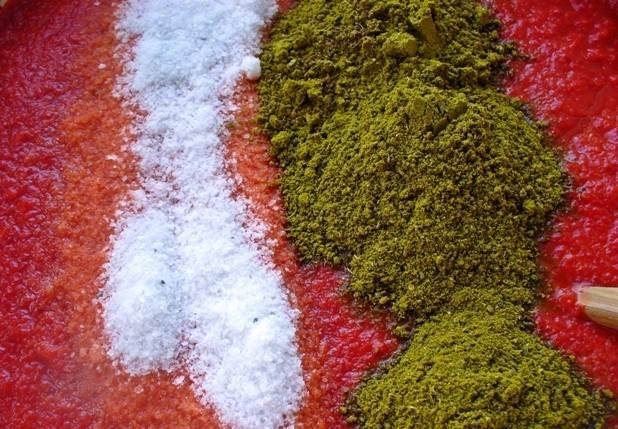 В итоге у нас должна получиться однородная масса, добавляем в нее соль, специи и уксус, тщательно все перемешиваем.