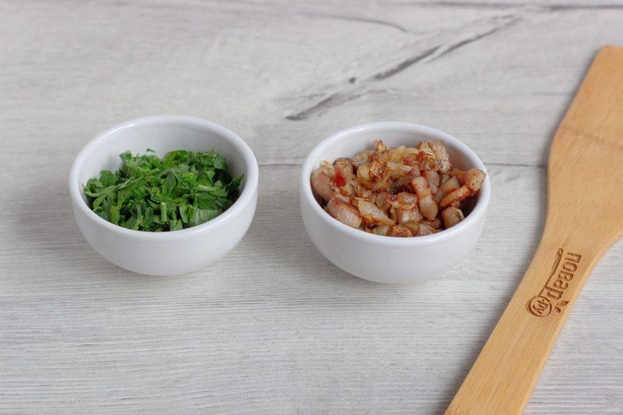 Пока супчик пропитывется вкусами и ароматами, мы приготовим неотъемлемое дополнение. Сало нарежьте небольшими кубиками, выложите на сухую сковороду без масла и жарьте до состояния шкварок, постоянно помешивая. Затем добавьте нарезанную половинку лука и жарьте до прозрачности. Если у вас на сковороде излишки жира, то слейте. Нам нужен только лук и шкварки! Зелень петрушки порубите для подачи.