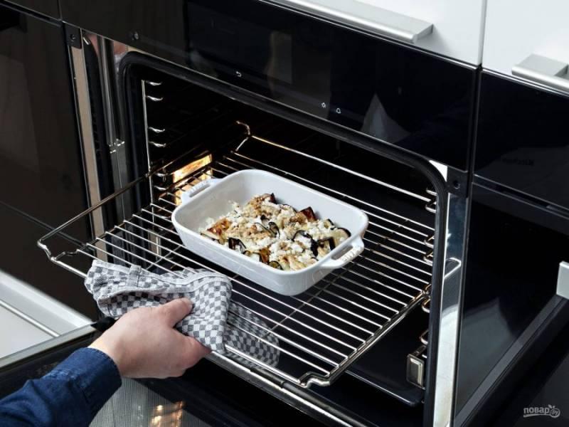 4. Далее выложите их в форму для выпечки. Сверху покройте изделия соусом и маслом.