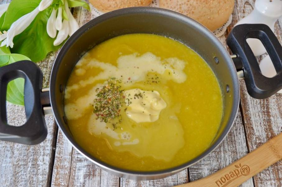 Горячие овощи пюрируйте погружным блендером, вливайте овощной бульон, регулируйте им густоту супа. Добавьте сливочное масло, сливки, прованские травы, черный перец и откорректируйте суп по соли.