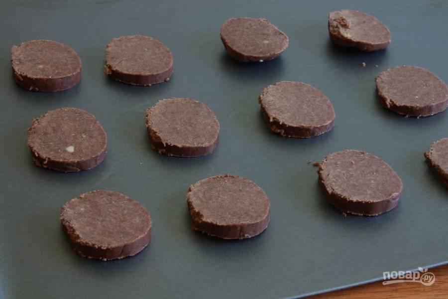 9.Выложите нарезанное печенье на противень для выпекания. Поставьте противень в заранее разогретую до 175 градусов духовку и выпекайте в течение 10-15 минут.
