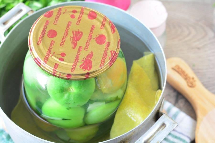 Стерилизуйте помидоры  в кастрюле 15 минут. Под банку не забудьте положить ткань.