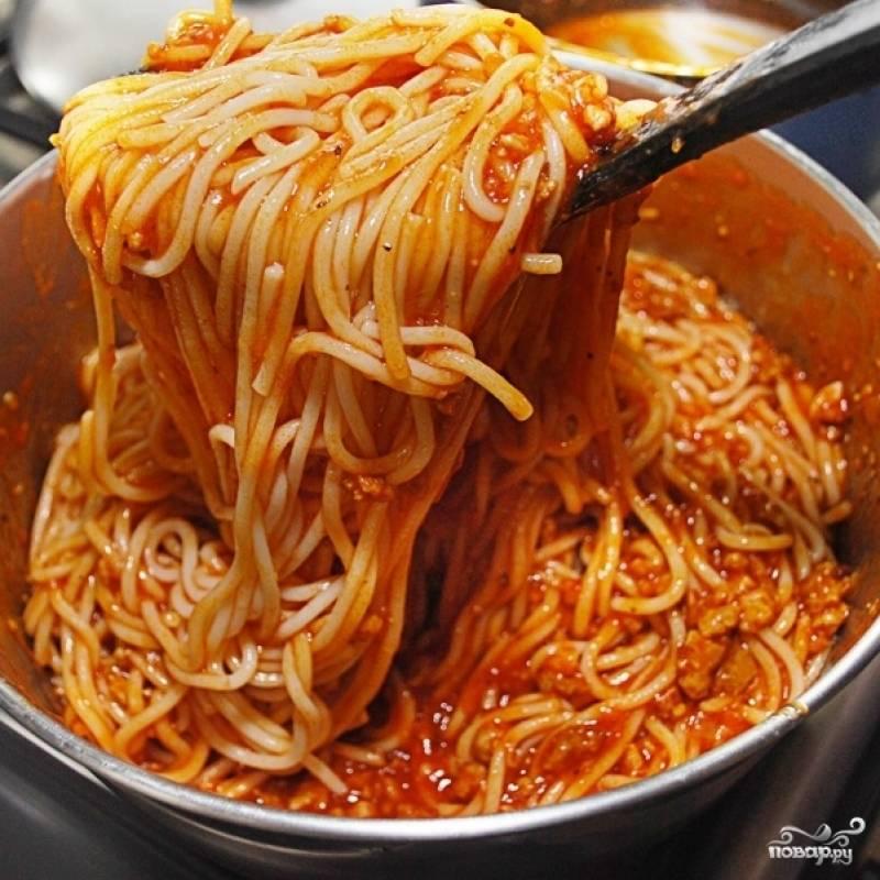 Смешиваем спагетти с подливой, если надо - добавляем специи, соль, перец, свежую зелень. Посыпаем тертым сыром. Подаем немедленно.