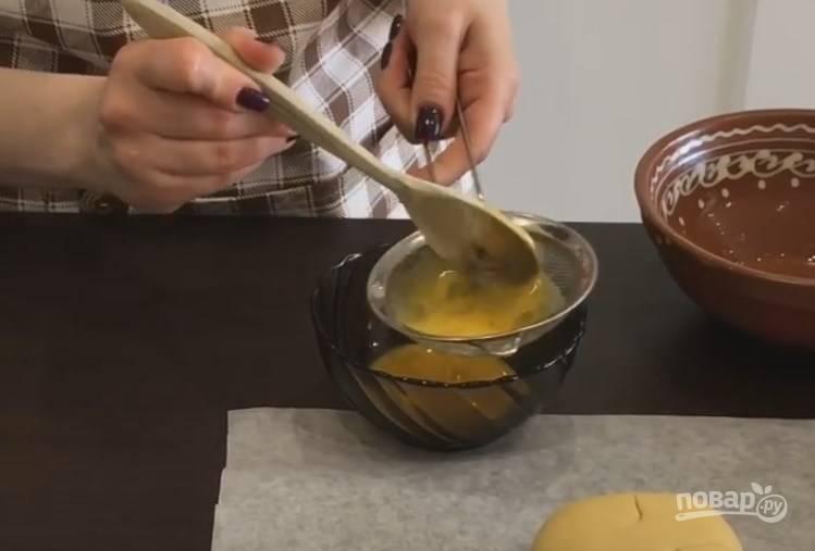 5. Сделайте меланж. Для этого вбейте яйцо в миску и ложкой перемешайте белок с желтком. Вилкой и венчиком не пользуйтесь, чтобы не было пузырьков. Потом пропустите смесь через сито.