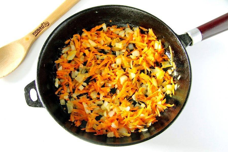 Обжарьте овощи на растительном масле до мягкости.