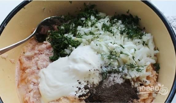 В миске смешайте фарш со сметаной (немного отложите на потом), яйцом, измельчённым укропом и луком. Посолите и поперчите фарш. Добавьте немного воды из-под картофеля.