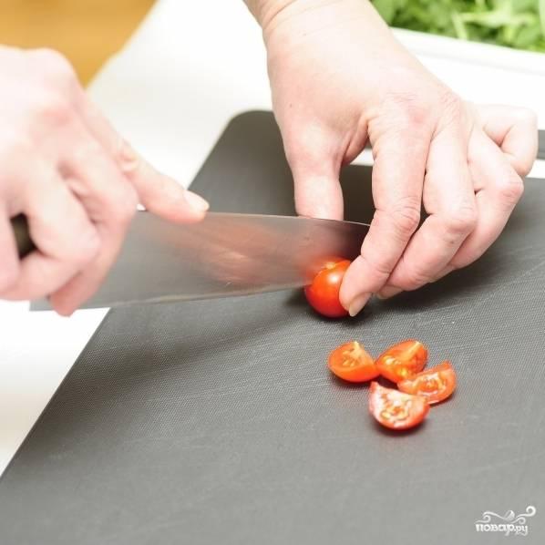 Каждый помидор черри аккуратно разрезаем на четвертинки.