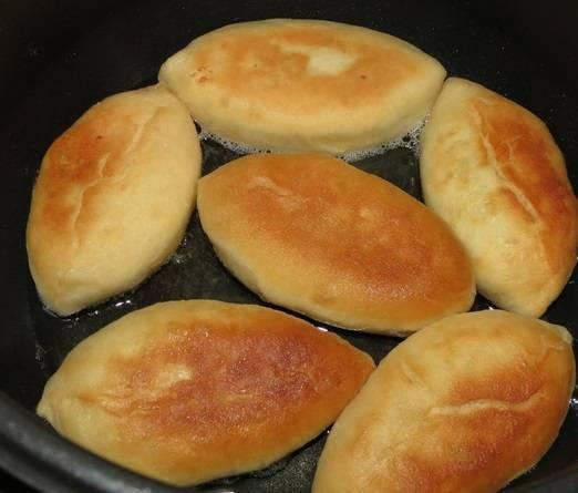 6. Рецепт приготовления пирожков с рисом и яйцом практически завершен. Осталось разогреть на сковороде растительное масло и отправить туда пирожки. Не стоит класть их слишком близко друг к другу. Обжарить в двух сторон до румяной корочки, а затем выложить на бумажную салфетку, чтобы промокнуть лишний жир. Такие пирожки прекрасны в качестве перекуса на работе или на пикнике.