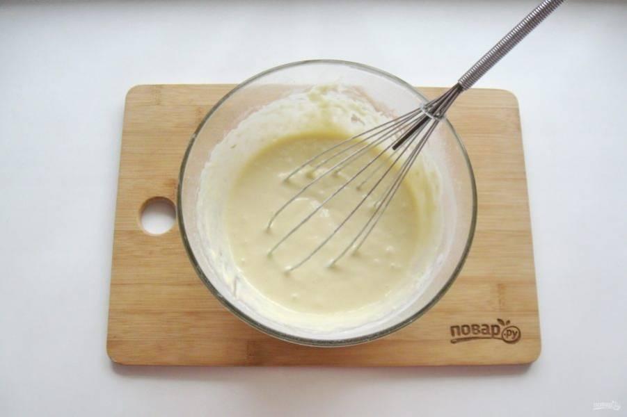 Замесите гладкое и однородное тесто без комочков.