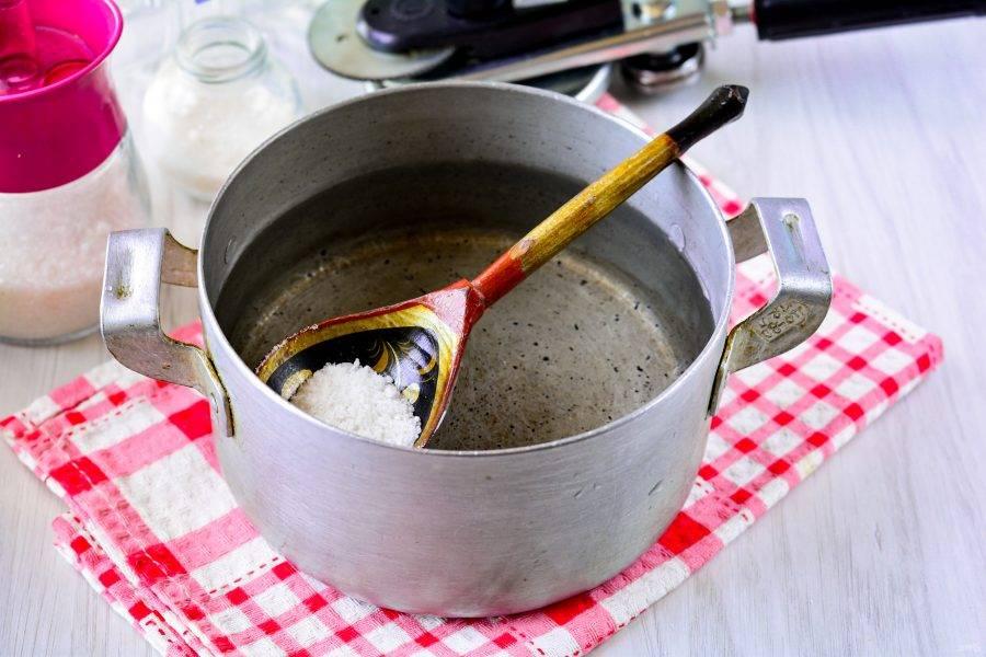 Сварите маринад. Закипятите воду, всыпьте соль, сахар. Проварите 20-30 секунд, затем убавьте мощность огня, осторожно влейте уксус, и сразу выключите огонь.