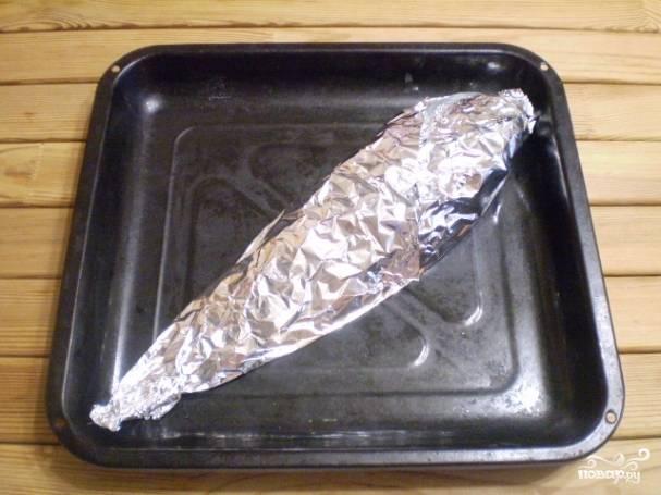 Включите духовку на 250 градусов. Рыбу заверните в фольгу, чтобы сок не вытекал. Запекайте 30 минут.