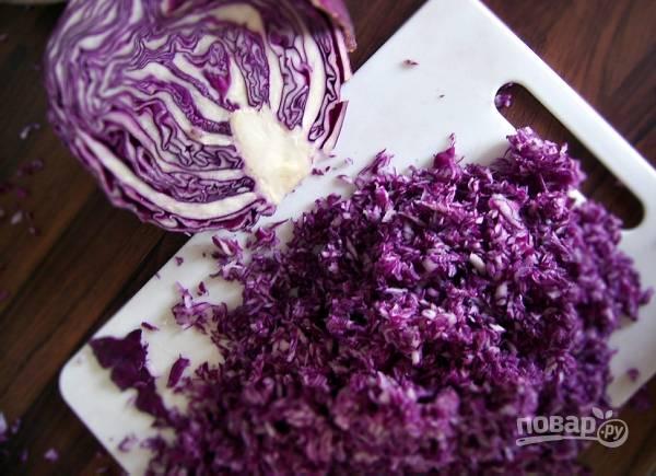 1. Нашинкуйте тонкой соломкой капусту. Бланшируйте в кипящей воде около минуты.