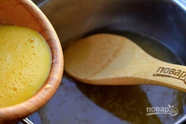 Взбейте яйцо, влейте в бульон, перемешайте. Добавьте соль и перец по вкусу.