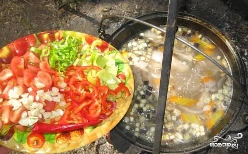Через 20 минут после закладки баклажана добавляем помидоры и перцы с чесноком.
