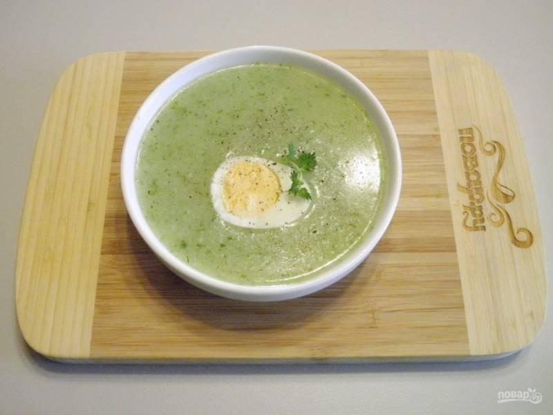 Разлейте суп по тарелочкам, добавьте по половинке яйца, перец черный молотый. Подайте к столу горячим, приятного!