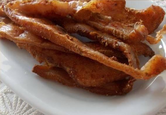 4. Получаются мясные вкусные чипсы с хрустящим верхом и вкусной серединкой. Приятного аппетита!
