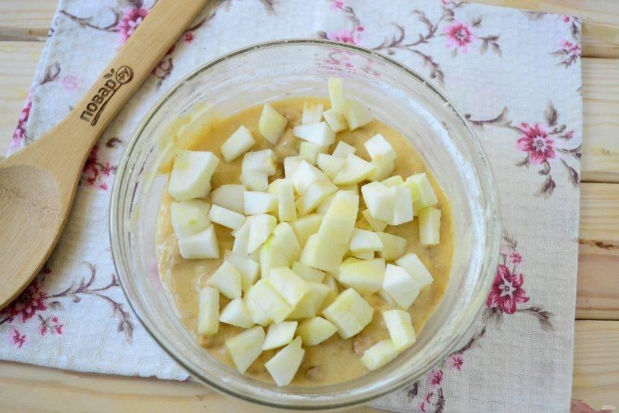 Яблоки очистите, удалите сердцевину. Яблоки порежьте на небольшие кусочки и добавьте в тесто.