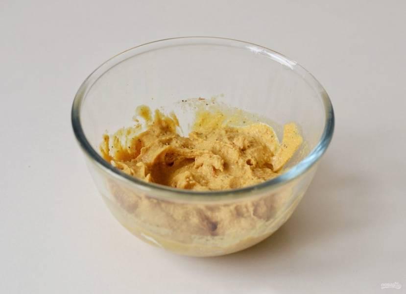 Медленно влейте 3/4 стакана воды, постоянно помешивая. Затем добавьте уксус и горчицу.
