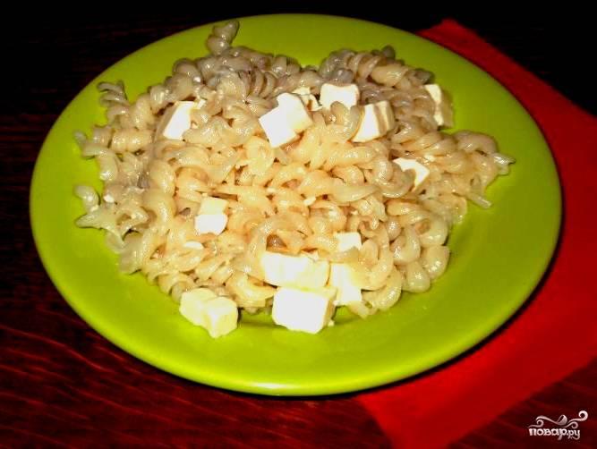 Раскладываем макароны по тарелочкам. Можно посыпать сверху зеленью, рубленым чесноком или луком. Приятного аппетита!