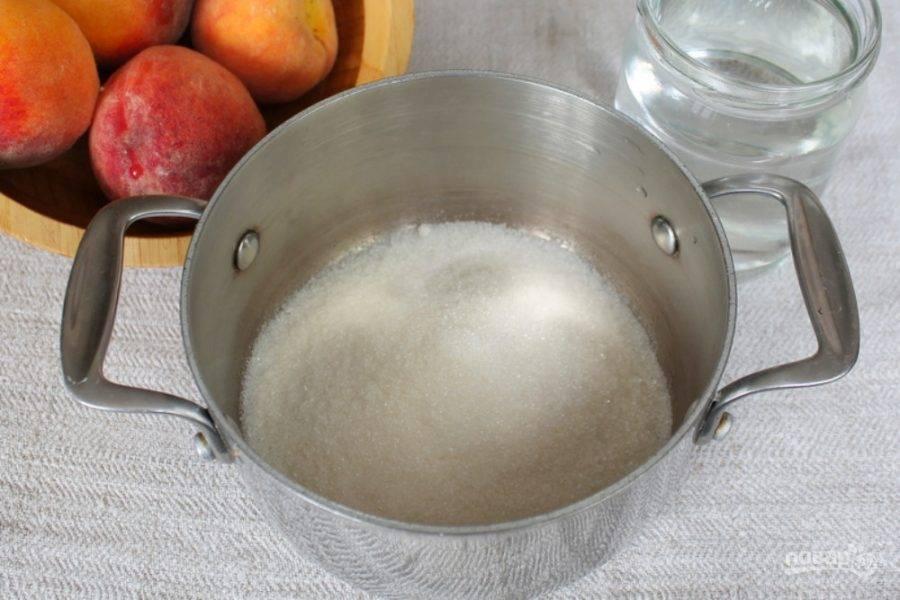 В небольшую кастрюлю насыпаем сахар, кислоту и добавляем воду. Ставим на огонь и доводим до кипения.