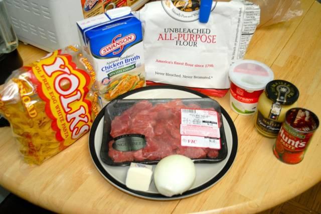 1. Итак, решили приготовить бефстроганов с горчицей в домашних условиях? Это легко! Готовим продукты и начинаем с самого главного - приготовления мяса.