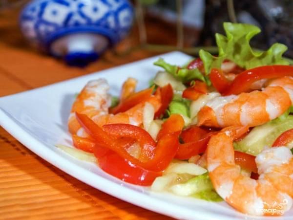 Разложите салат с креветками и болгарским перцем по тарелкам, при желании украсьте зеленью — и наслаждайтесь прекрасным легким и полезным блюдом!