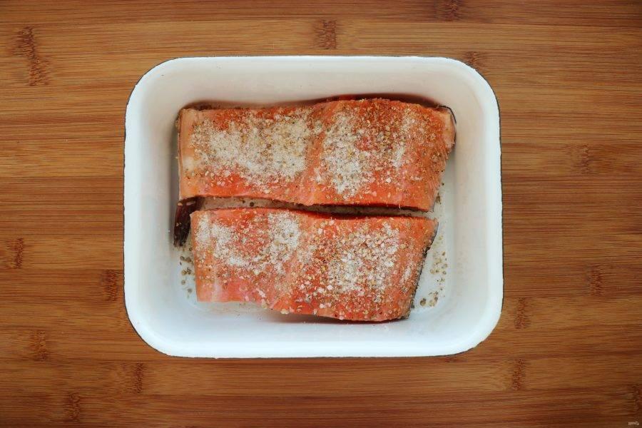 Филе рыбы помойте, просушите и посыпьте растертой смесью.