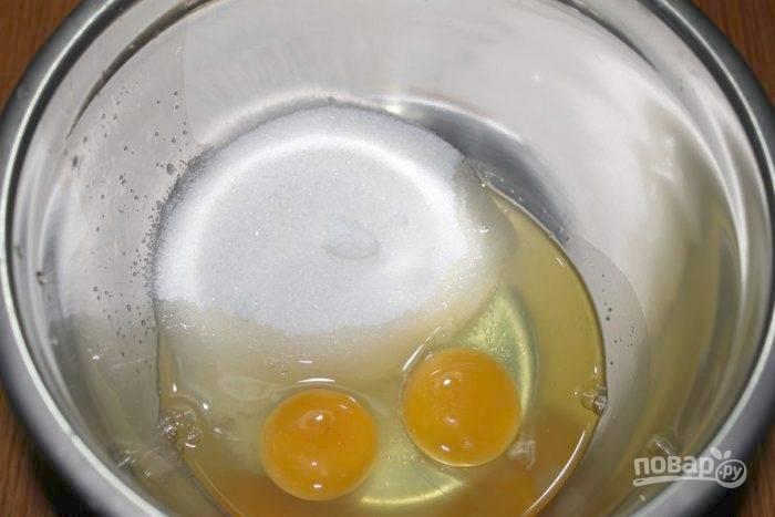 3.Во вторую миску положите яйца с сахаром.