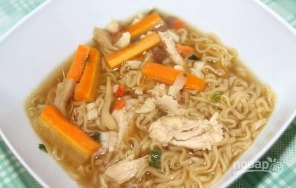 7. Слегка остывшую грудку нарежьте крупными кусочками. В тарелку для подачи выложите лапшу, овощи, курицу и при желании добавьте бульон. Приятного аппетита!