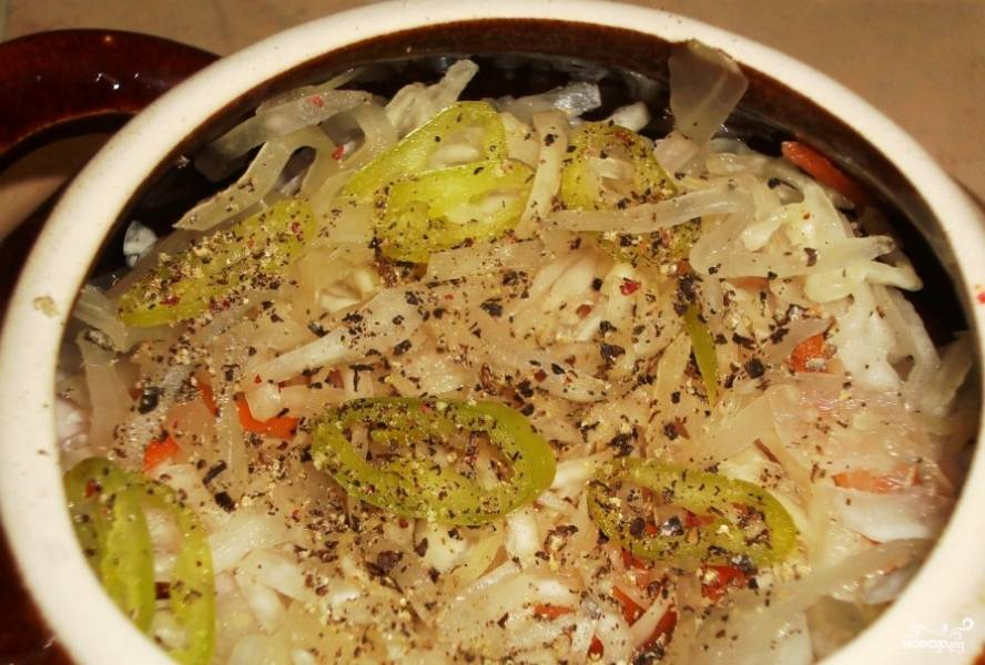 6.Когда овощи обжарятся, кладем в горшочек маленький кусочек сливочного масла (однако без этого можно и обойтись). Далее кладем половину капусты, затем морковь с луком, снова слой капусты. Если Вы жарили все овощи вместе, выкладываем их, как есть, вперемешку. Вы можете включить в рецепт и другие овощи (например, болгарский перец), а также грибы. Солим, перчим. Заливаем содержимое горшочка водой, чтобы вода не полностью покрывала капустный слой.