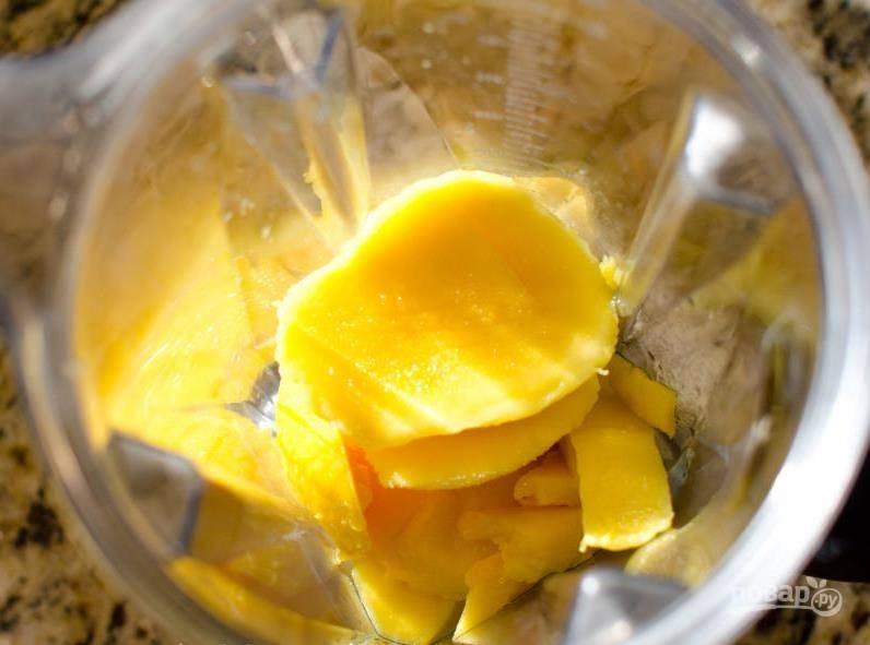 Затем манго переложите в блендер, превратите его в пюре.