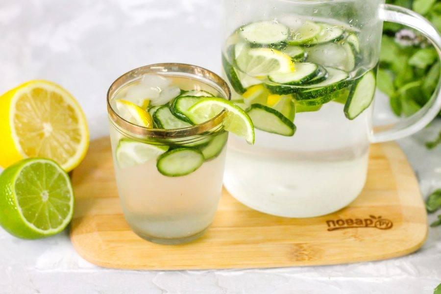Разлейте напиток в стаканы или чашки.