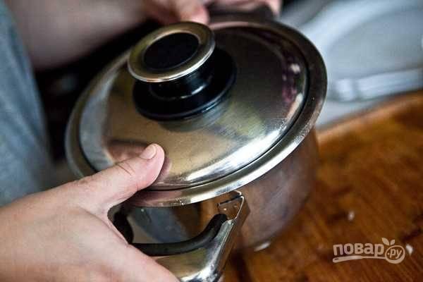 11. Встряхните кастрюлю, чтобы перемешать. Все, блюдо можно подавать к столу, выложив на блюдо картофель и полив его грибной заправкой. Приятного аппетита!