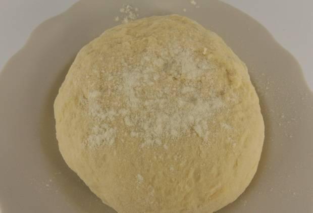 3. Сюда же - растительное масло и соль. Вымешиваем мягкое, но эластичное тесто.