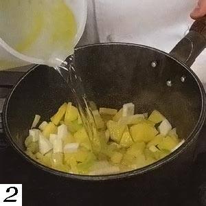 2. Вливаем бульон, добавляем соль, перец и специи. Доводим до кипения, уменьшаем огонь и ждем 10-20 минут, пока картошка не станет мягкой.