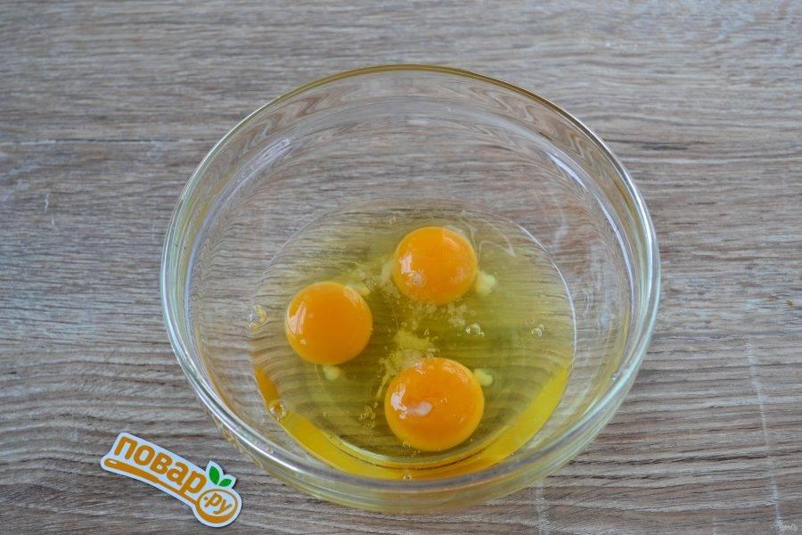 Начнем с приготовления блинов. Яйца взбейте венчиком со щепоткой соли.