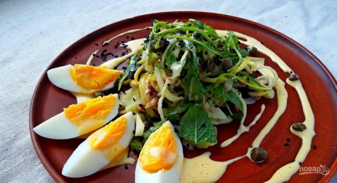 3. Добавьте оливковое масло и хорошо взбейте массу миксером. Заправка должна побелеть и увеличиться в объеме. Подавайте салат с нарезанным яйцом, кунжутом, каперсами и заправкой. Приятного аппетита!