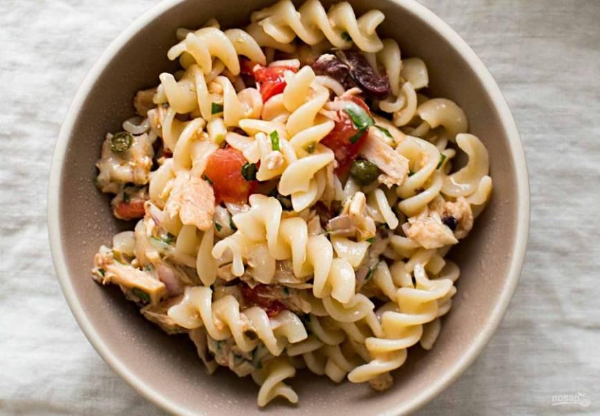 4.Подавайте макароны с тунцом и томатами сразу после приготовления.