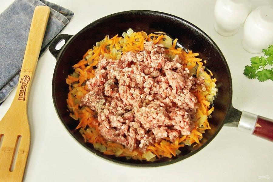 Добавьте фарш, соль и молотый перец. Можно добавить так же любые любимые специи.