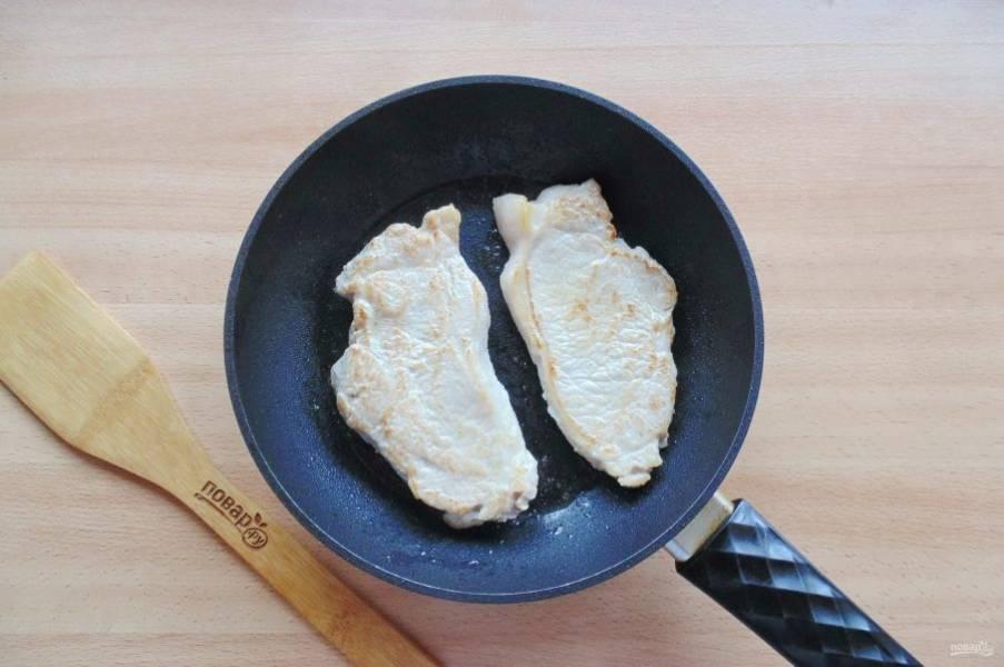 Выложите корейку на раскаленную сковороду с небольшим количеством растительного масла. Слегка обжарьте с обеих сторон.