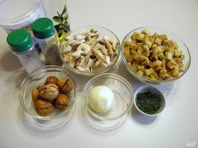 Приготовьте продукты для салата. Грибы порежьте слайсами не слишком тонко, баклажаны кубиками не большого размера.