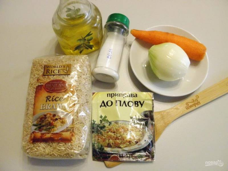 1. Приготовьте продукты для плова. Сорт риса выбирайте на свой вкус, но не кашный, возьмите пропаренный, басмати  или нешлифованный натуральный, чтобы плов получился рассыпчатым.