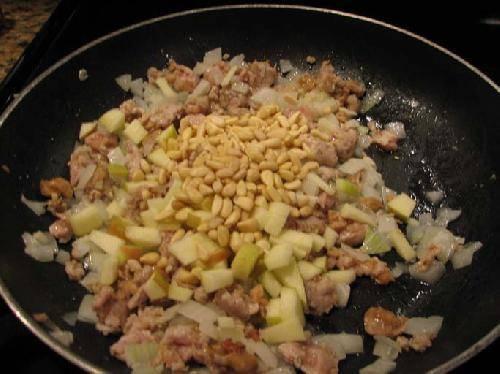 Нарезаем половину второй тыквы на мелкие кусочки. Смешиваем все ингредиенты на разогретой сковороде и слегка обжариваем.