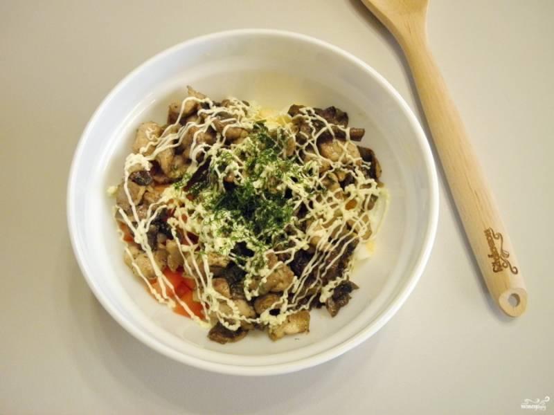 Возьмите салатник. Сложите все ингредиенты салата, включая жареные лук, грибы и филе. Заправьте салат майонезом и зеленью. Посолите, если нужно, по вкусу.