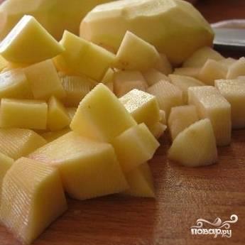 Картофель вымыть, почистить, нарезать кубиками. Сварить его.