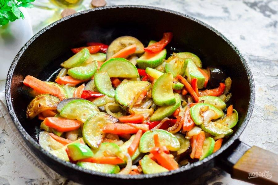 В сковороде разогрейте растительное масло, выложите овощи, жарьте 15 минут, помешивая.