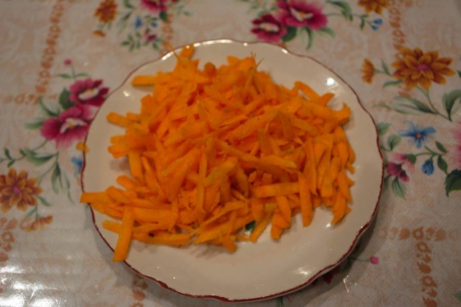 Морковь натрите на крупной терке.